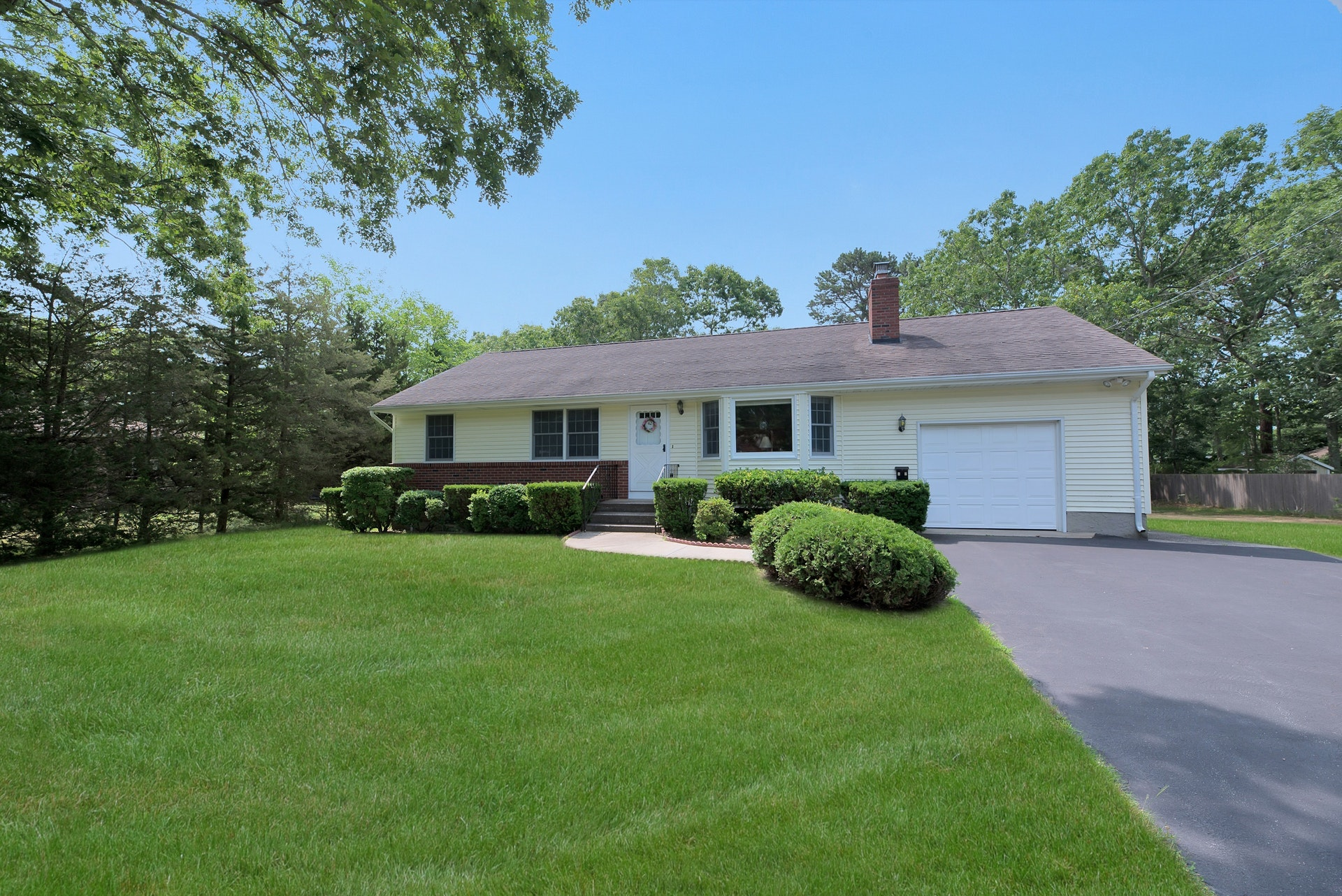 42 Lynncliff Rd - Hampton Bays, New York